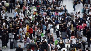 Crowds at railway stat(35807062)