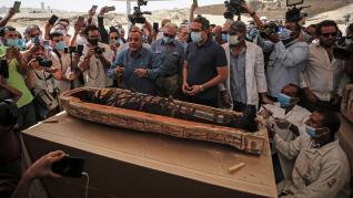 Presentación de los 59 sarcófagos descubiertos en Saqqara, Egipto.