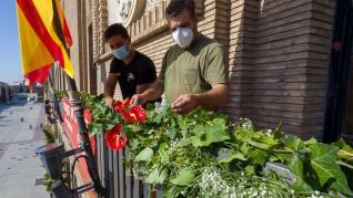 """El Ayuntamiento de Zaragoza engalana sus balcones con flores en las """"no fiestas del Pilar""""."""