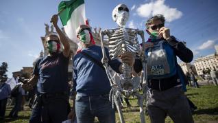 Cientos de negacionistas han protestado este sábado en Roma contra el uso de la mascarilla para protegerse de los contagios de la covid.