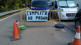Masiva afluencia de turistas y vehículos a Riglos.