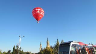 Un globo de Globos.es vuela sobre Zaragoza en 2015.