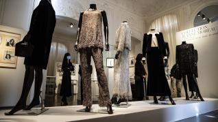 Algunos de los vestidos, joyas o complementos a la venta.