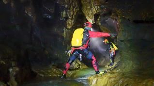 Avanzando por el río Perdido en la cueva de Garcés.