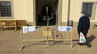 Circuitos de entrada y salida y gel desinfectante en las visitas al cementerio de Huesca.