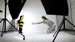 Niña disfrazada de abeja en el estudio de Funidelia.