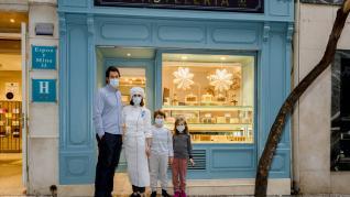 La familia Fernández-De la Rúa, junto al escaparate de la nueva pastelería del 'Hotel Sauce', en la calle de Espoz y Mina.