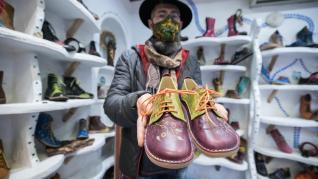 Anastasio Figueroa muestra un par de zapatos artesanales.