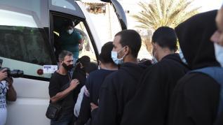 Más de 200 inmigrantes salen del campamento de Arguineguín (Gran Canaria)