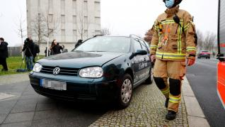 Un coche se estrella contra la oficina de la canciller alemana, Angela Merkel