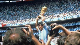 Maradona, con la Copa del Mundo tras derrotar la selección argentina a Alemania por tres goles a dos, en la final el 29 de junio de 1986 disputada en el estadio Azteca en Ciudad de México (México).