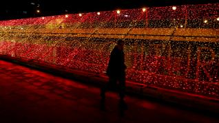 Iluminación navideña en Madrid con los colores de la bandera de España.