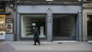Una de las tiendas de Sanse cerrada, en el centro de Zaragoza.