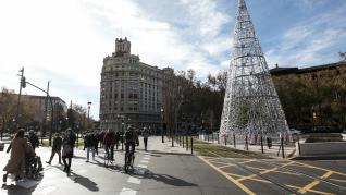El paseo de la Independencia y la plaza Paraíso ya lucen los nuevos motivos de iluminación navideña.