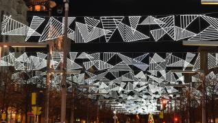 Las luces de Navidad iluminan Zaragoza