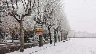 Jaca inicia el puente de diciembre cubierta por un manto blanco.