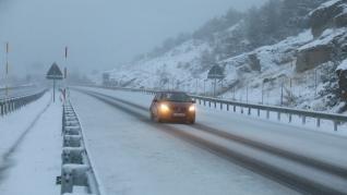La nevada ha complicado este sábado la circulación por el puerto de Monrepós (A-23).