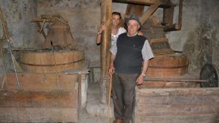Vicente y Amparo Sales, en su molino de harina de Cantavieja.