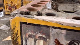Descubren en Pompeya un restaurante con restos de comida y la barra decorada