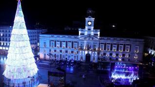 Imagen de la Puerta del Sol de Madrid sin apenas gente en Nochevieja