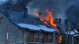 Virulento incendio de viviendas en Tramacastilla de Tena