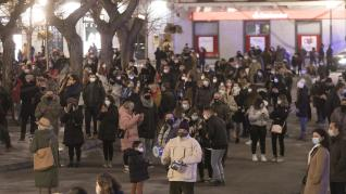 Decenas de personas han secundado en Huesca la protesta contra las últimas restricciones impuestas por el Gobierno de Aragón.