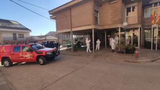 Efectivos de la Unidad Militar de Emergencias Llegada de la UME, junto con técnicos de Salud Publica y del departamento de Ciudadanía, han colaborado en la desinfección de la residencia de Tamarite tras el brote de 54 positivos.