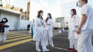 Comienza la vacunación contra la covid a sanitarios en la carpa de Urgencias del Clínico.