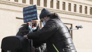 Concentración de pensionistas este lunes en la plaza del Pilar de Zaragoza.