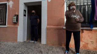 Los vecinos que atendieron el jueves a la niña, ante el edificio donde ocurrió el suceso.