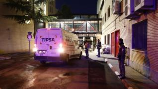 Las furgonetas cargadas con las dosis de las vacunas contra la covid salen del hospital Clínico, donde se almacenan en ultracongeladores