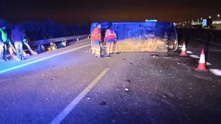 Dos heridos leves al volcar una furgoneta.