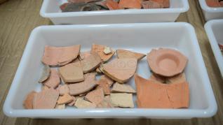 Piezas de cerámica romana y azulejos del siglo XVIII que ha n regresado a Teruel.