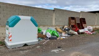 Basuras y escombros depositados fuera de los contenedores de Almudévar.