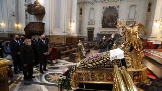 El alcalde, Jorge Azcón, ha visitado distintos pasos de la Semana Santa zaragozana.