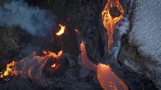 Expulsión de lava en el volcán del monte Fagradalsfjall, en Islandia