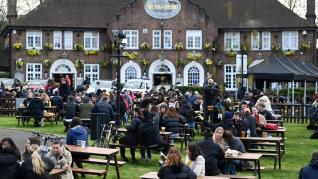 Reino Unido abre terrazas y comercios