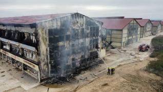 Estado en que ha quedado la nave afectada por el fuego.