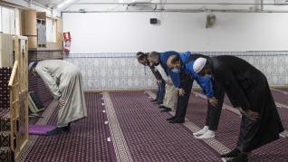 Rezo de la tarde en la mezquita del barrio Oliver, en Zaragoza, durante este Ramadán.