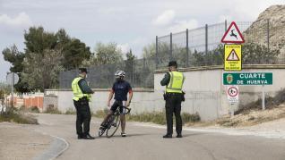 Controles de la Guardia Civil a coches, motos y bicicletas en los accesos a Cuarte de Huerva por su confinamiento perimetral.