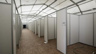 Desmontaje del hospital de campaña de la Feria de Muestras de Zaragoza