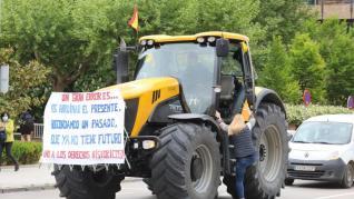 Alrededor de 400 vehículos han participado en la tractorada convocada en Huesca.
