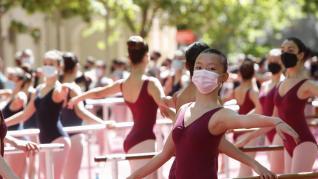 La capital aragonesa celebra el Día Internacional de la Danza con una barra de danza clásica.