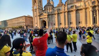 Al menos un centenar de personas se ha concentrado este miércoles en la plaza del Pilar de Zaragoza en memoria de las víctimas mortales que están dejando las protestas populares contra la ya hundida reforma tributaria del Gobierno en Colombia.