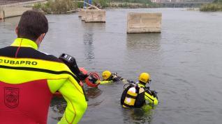 Los bomberos buscan este domingo al chico desaparecido en el Ebro.