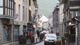 Turistas en el castillo de Loarre y en Biescas este domingo.