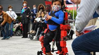 Víctor Millo, un paciente pediátrico de 6 años que ha realizado una demostración del exoesqueleto