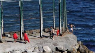 Otros siete marroquíes, entre ellos tres menores, llegan a nado por Tarajal