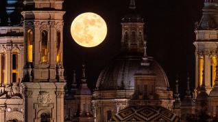 Superluna vista desde el Pilar de Zaragoza
