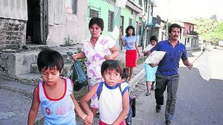 Una familia huye de una zona de enfrentamientos en Soyapango (El Salvador).